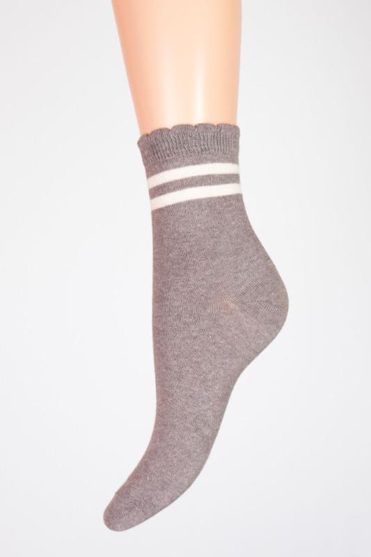 calza-a-righe-bianche-fondo-grigio