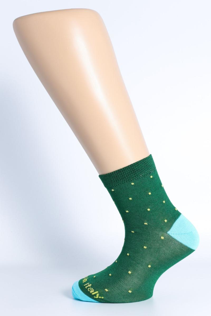 calza-moda-pois-fondo-verde